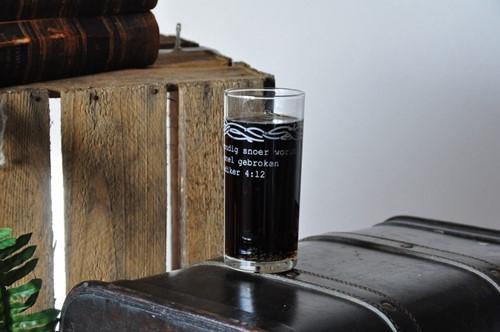 Drinkglas, thema Huwelijk, Goedertierenheid en Trouw (Glas)