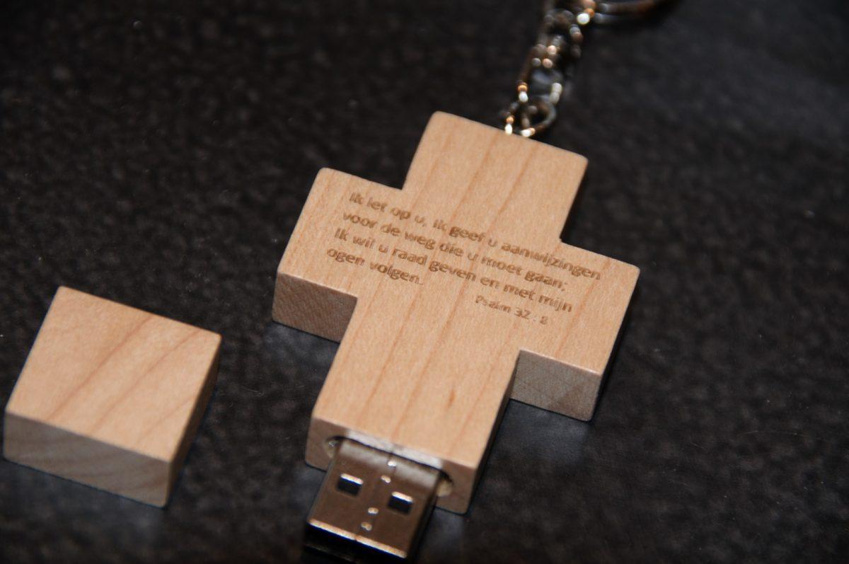 USB Kruis hout met tekst Sela, 16 GB