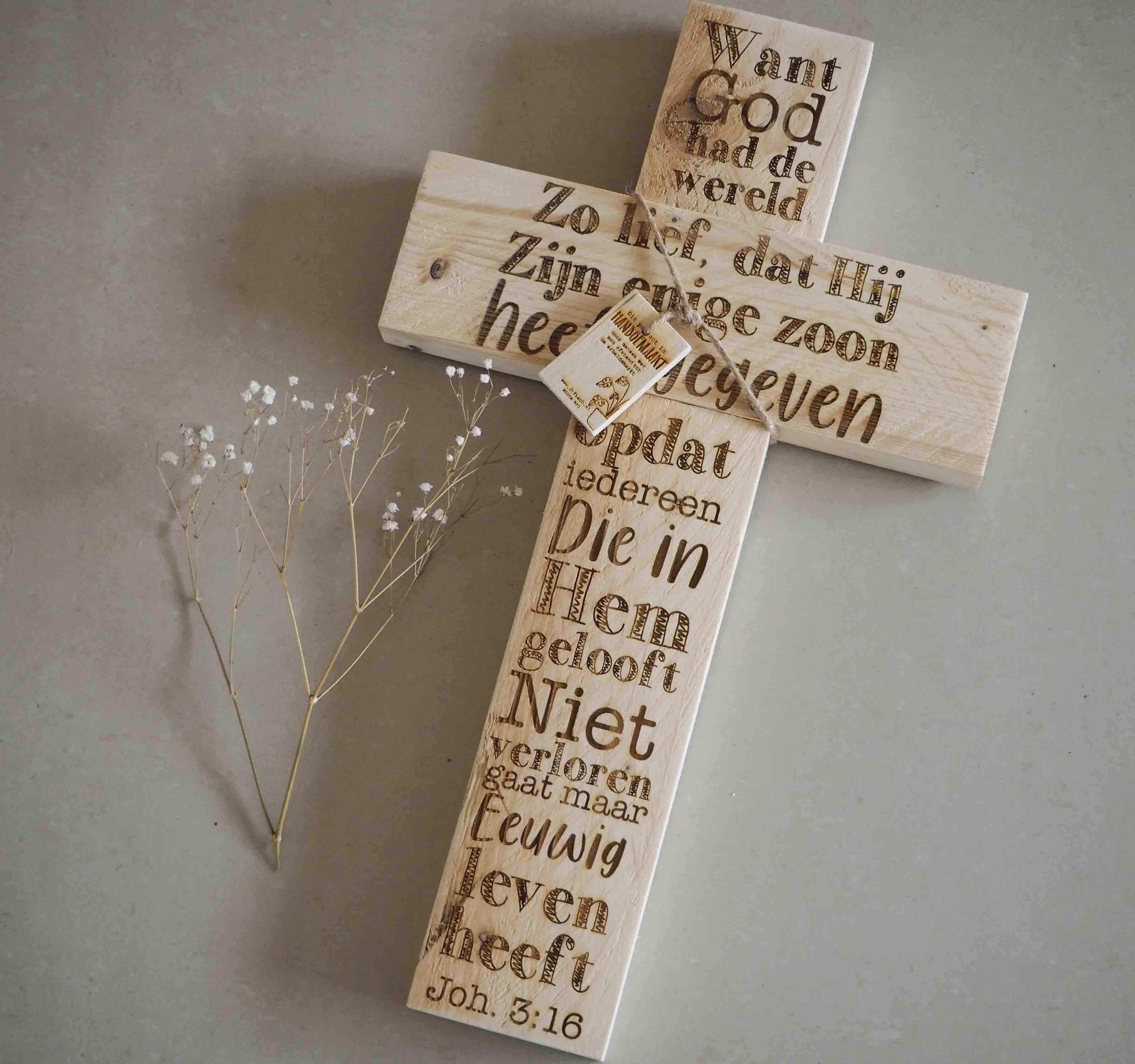 """Houten Kruis """"Want God had de wereld zo lief.."""" M Blank"""
